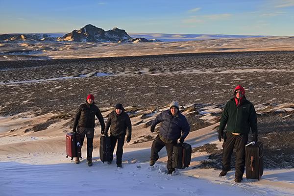 Wyprzedzając nieco relację :-) Podróżowanie na Islandii nie jest wcale lekkie. Szczególnie z takimi walizkami :-).