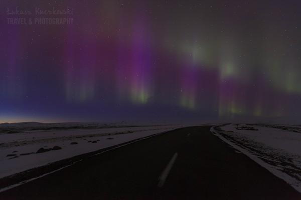 Islandia, początek burzy magnetycznej 4K nad drogą w interiorze.