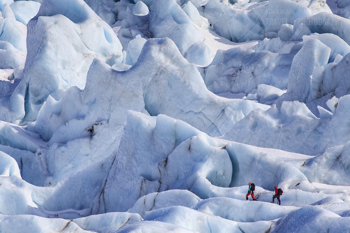 Islandia, na podejściu w lodowcu pośród olbrzymich seraków.